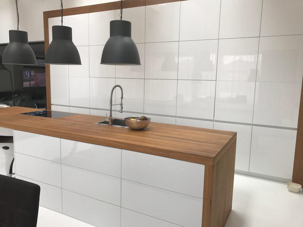 Kuchynská linka- biela v kombinácii s drevom