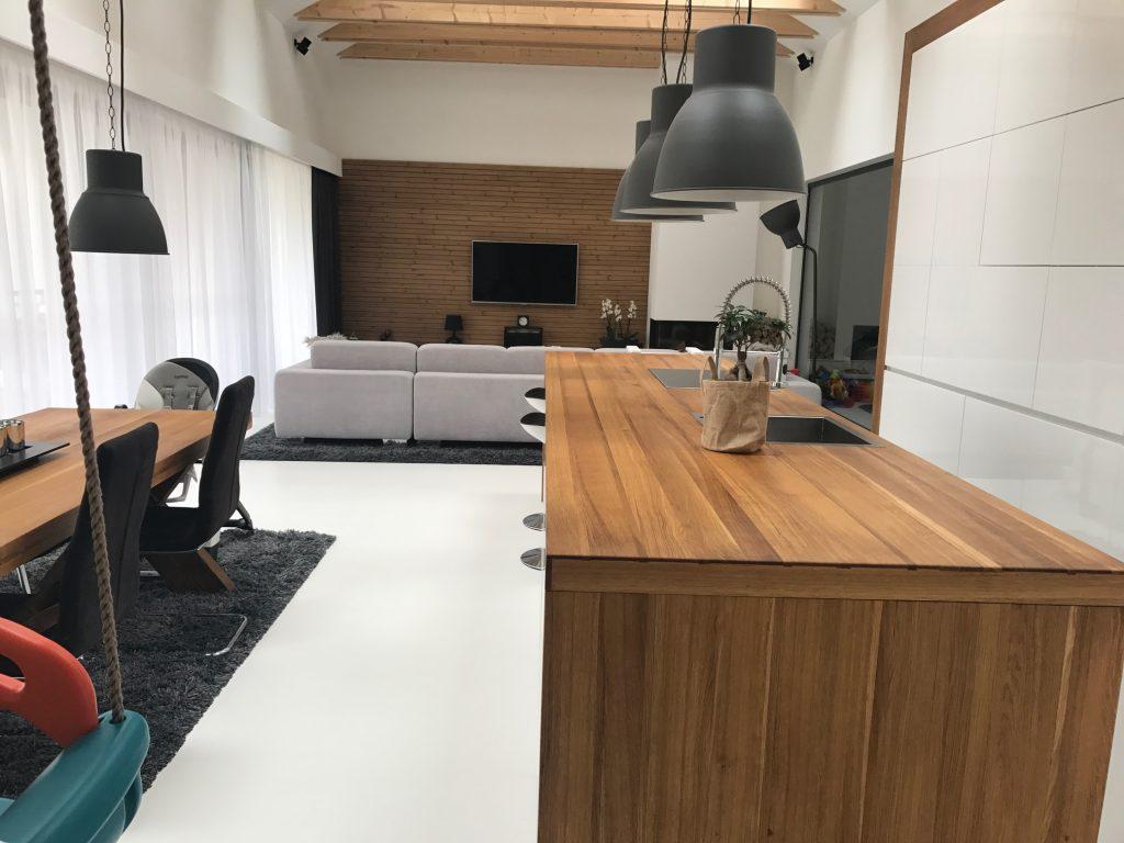 Útulné drevo v obývacom priestore